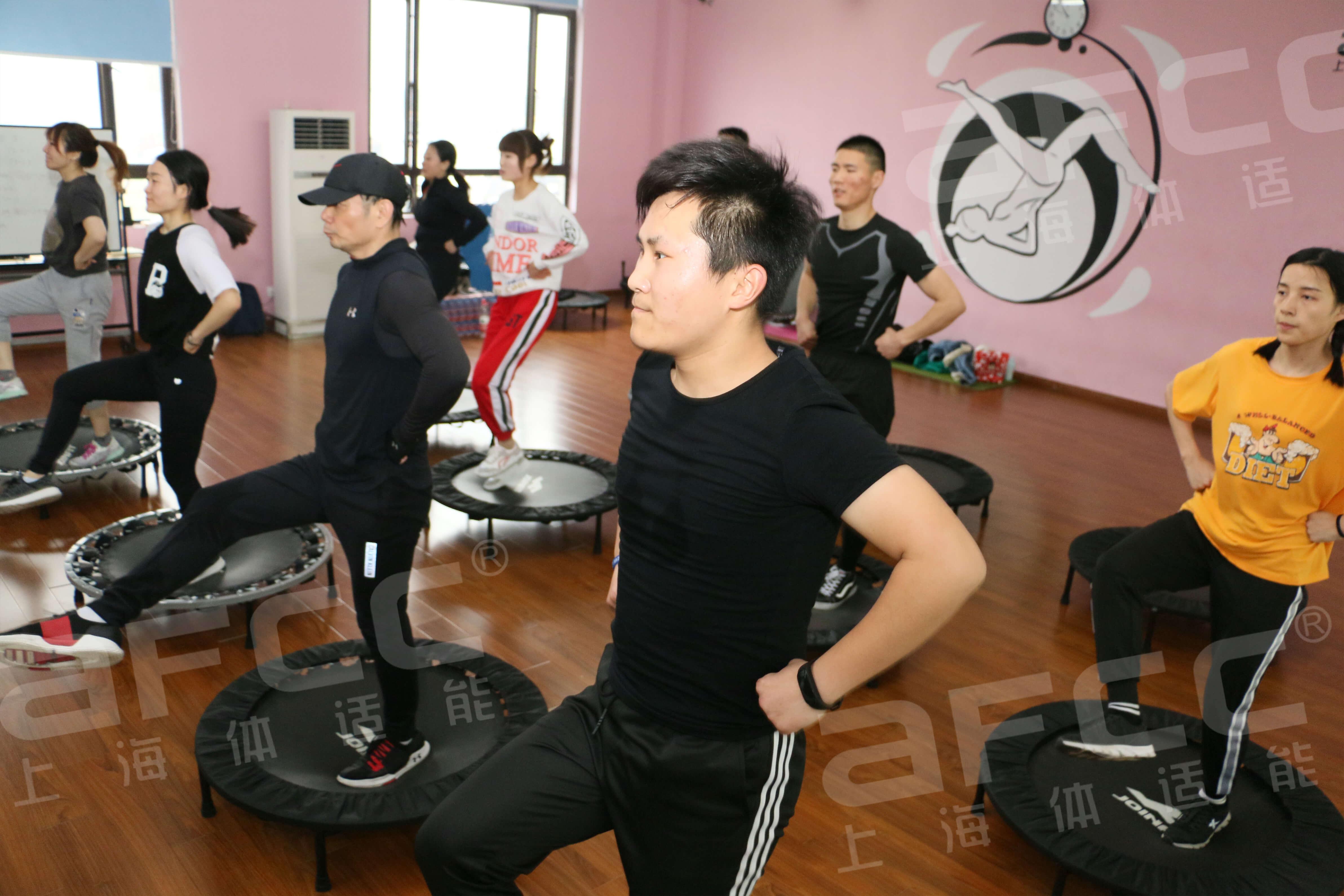蹦床健身操课程是当下各大俱乐部最热门也最火爆的操课项目之一