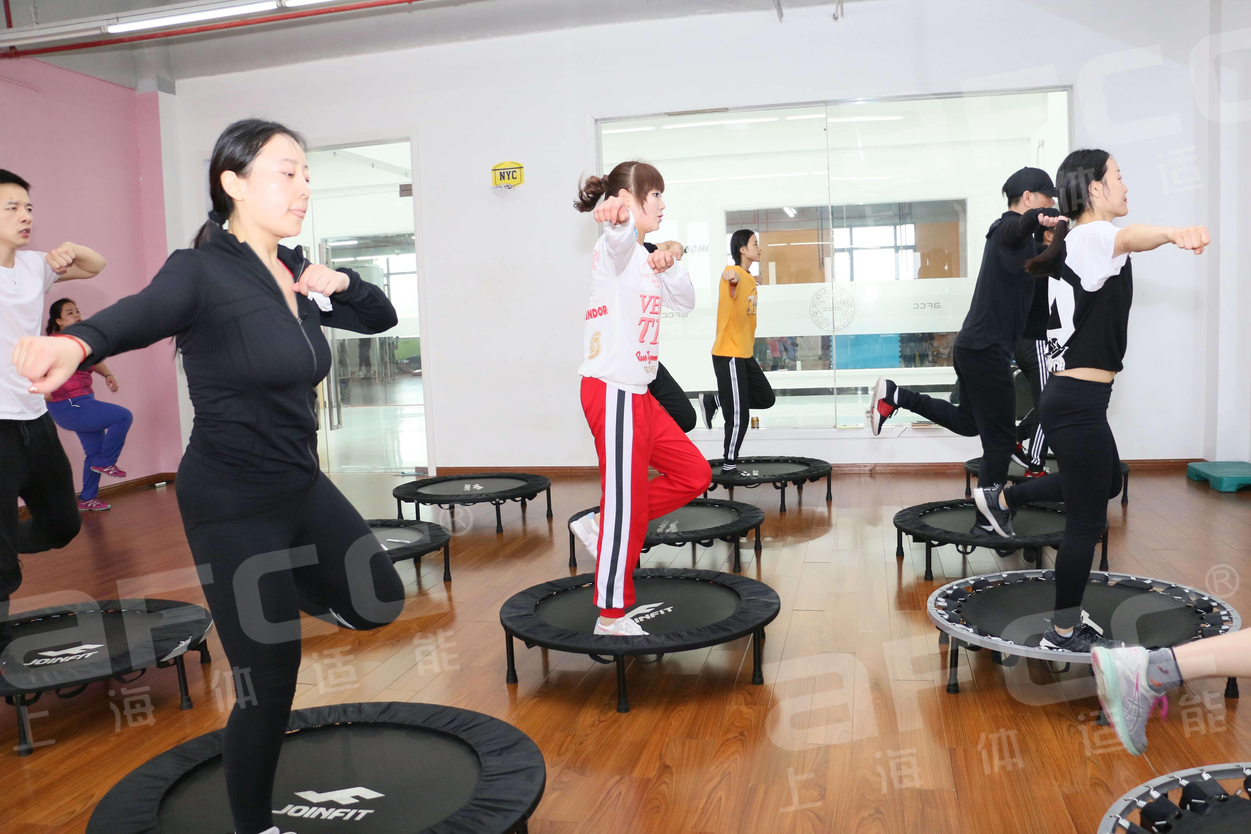 蹦床课程动作简单有效而且相当有趣,深受俱乐部会员的喜爱