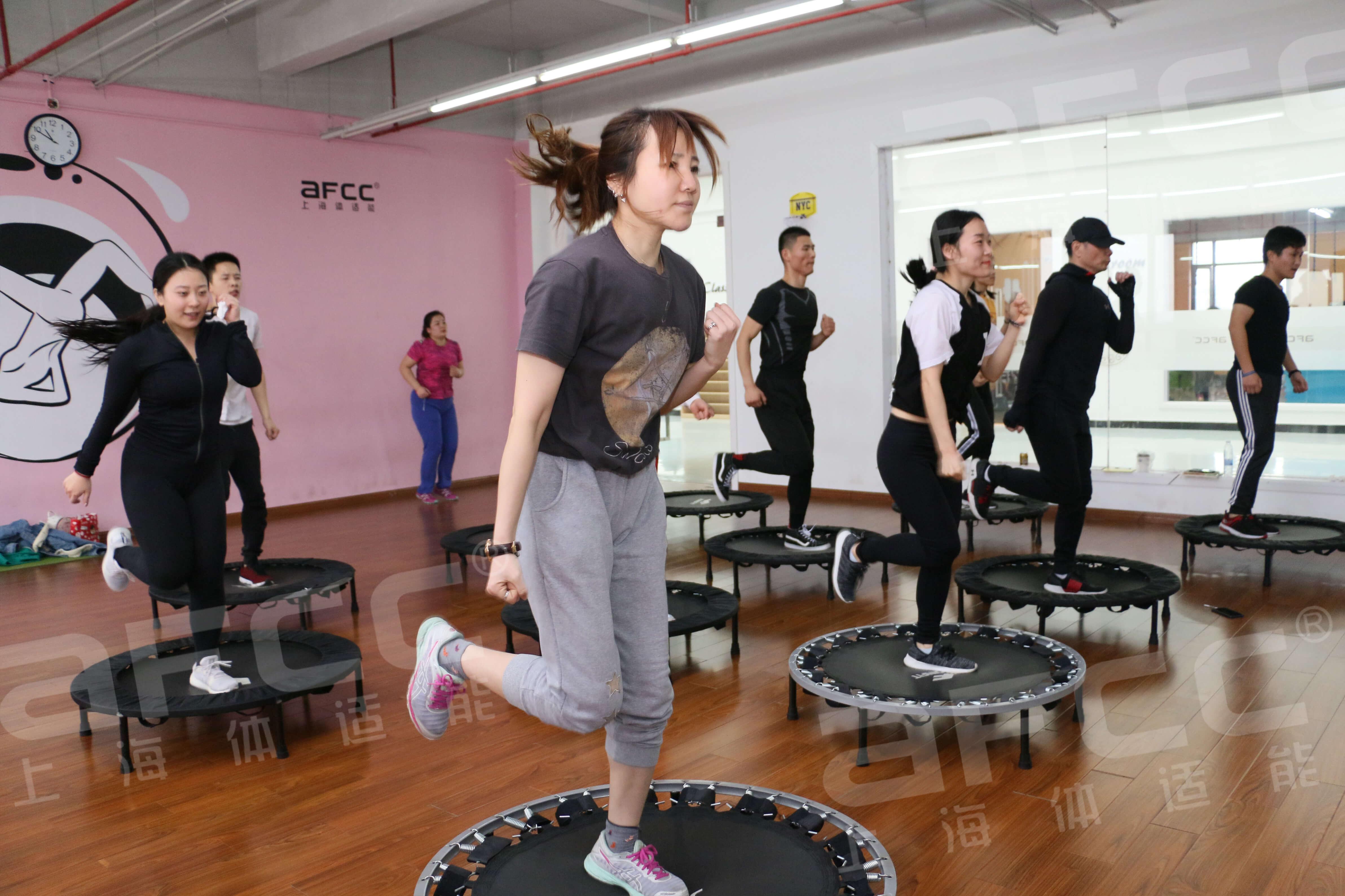 利用弹簧床的特性有效缓冲膝关节的冲击力,让会员更加喜爱这项运动