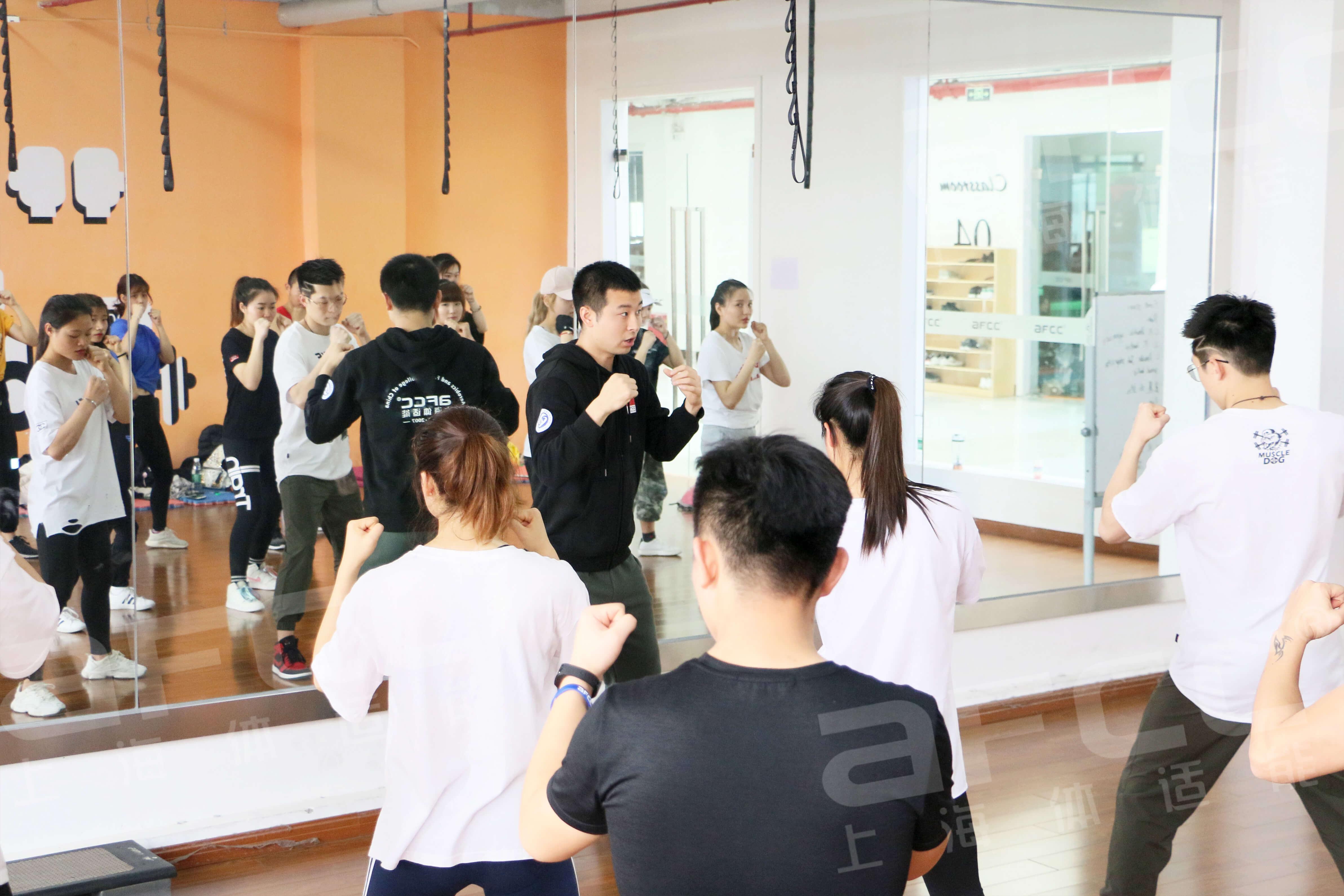有氧搏击操的具体形式是将拳击、空手道、跆拳道、功夫,甚至一些舞蹈动作混在一起