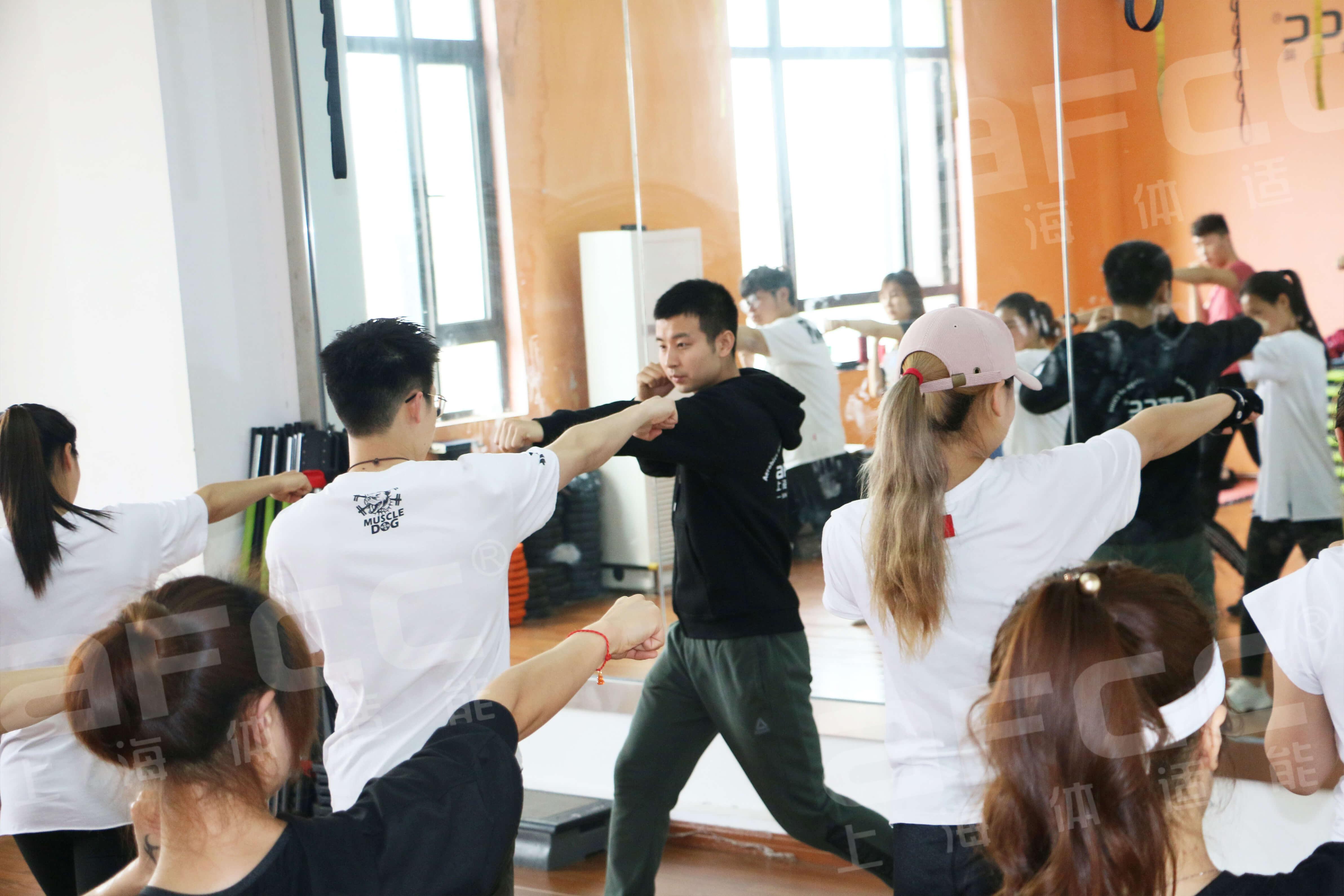 有氧搏击操是在激烈的音乐中进行一些拳击和跆拳道的基本拳法和腿法练习