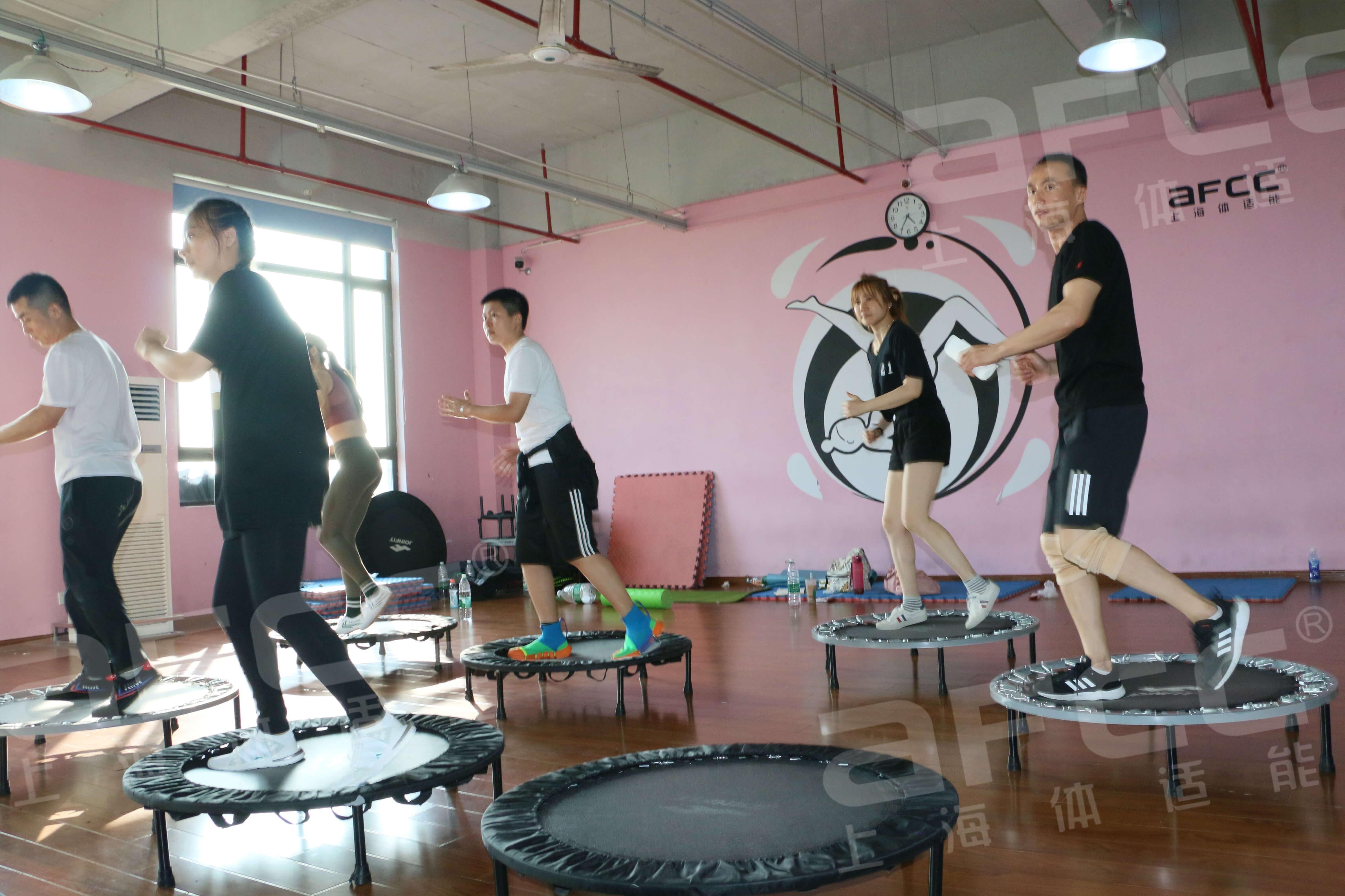 活力DANCE使用的是类似高空弹跳的弹跳绳
