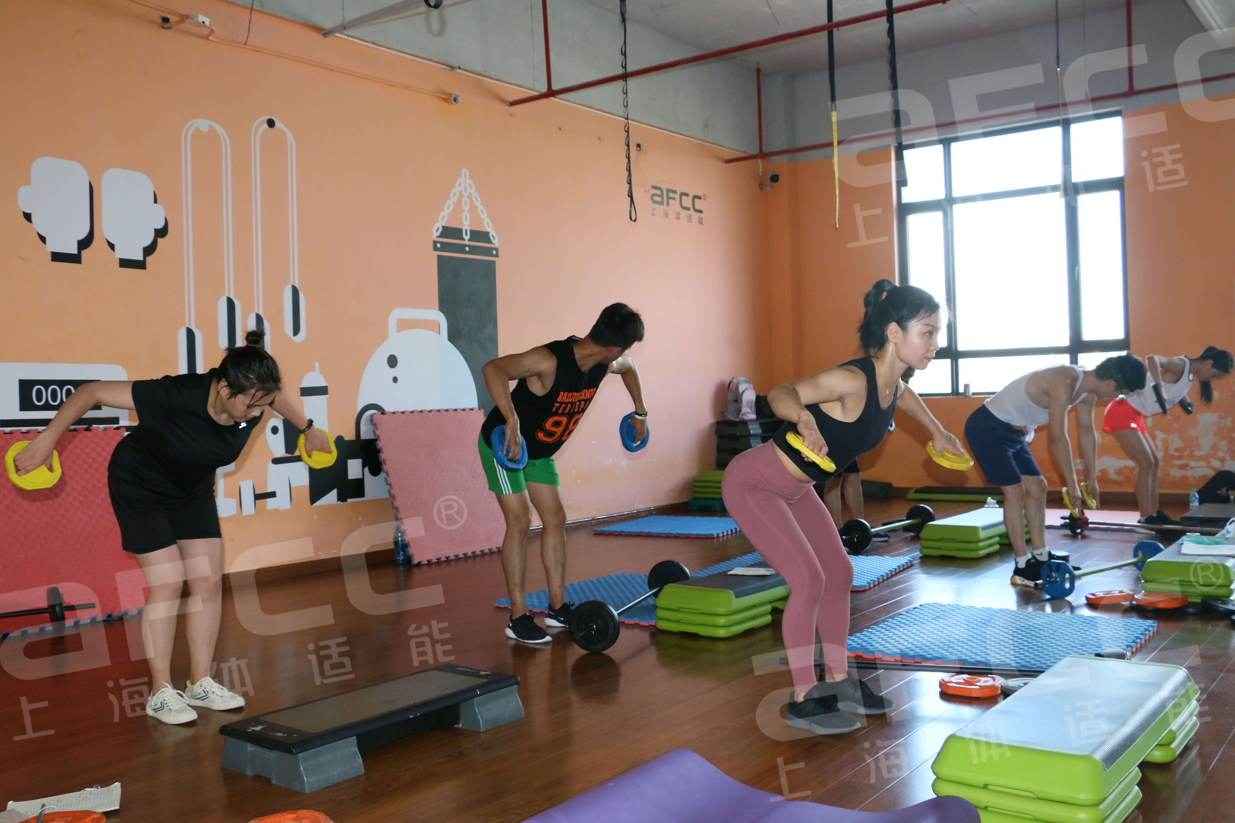 杠铃操是杠铃和健身操进行组合的一种运动
