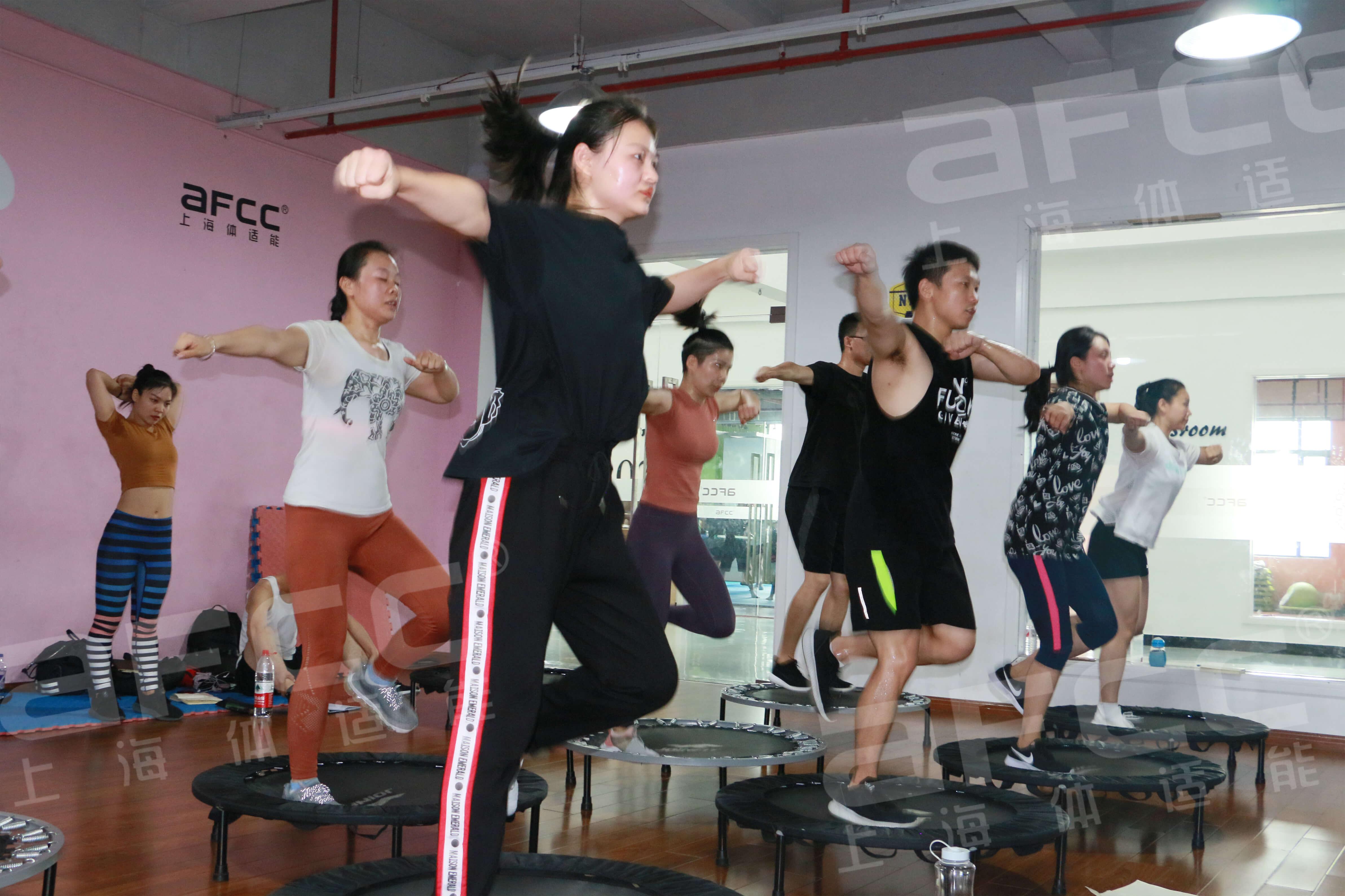 比起慢跑等普通运动,蹦床是更能消耗卡路里的健身方式