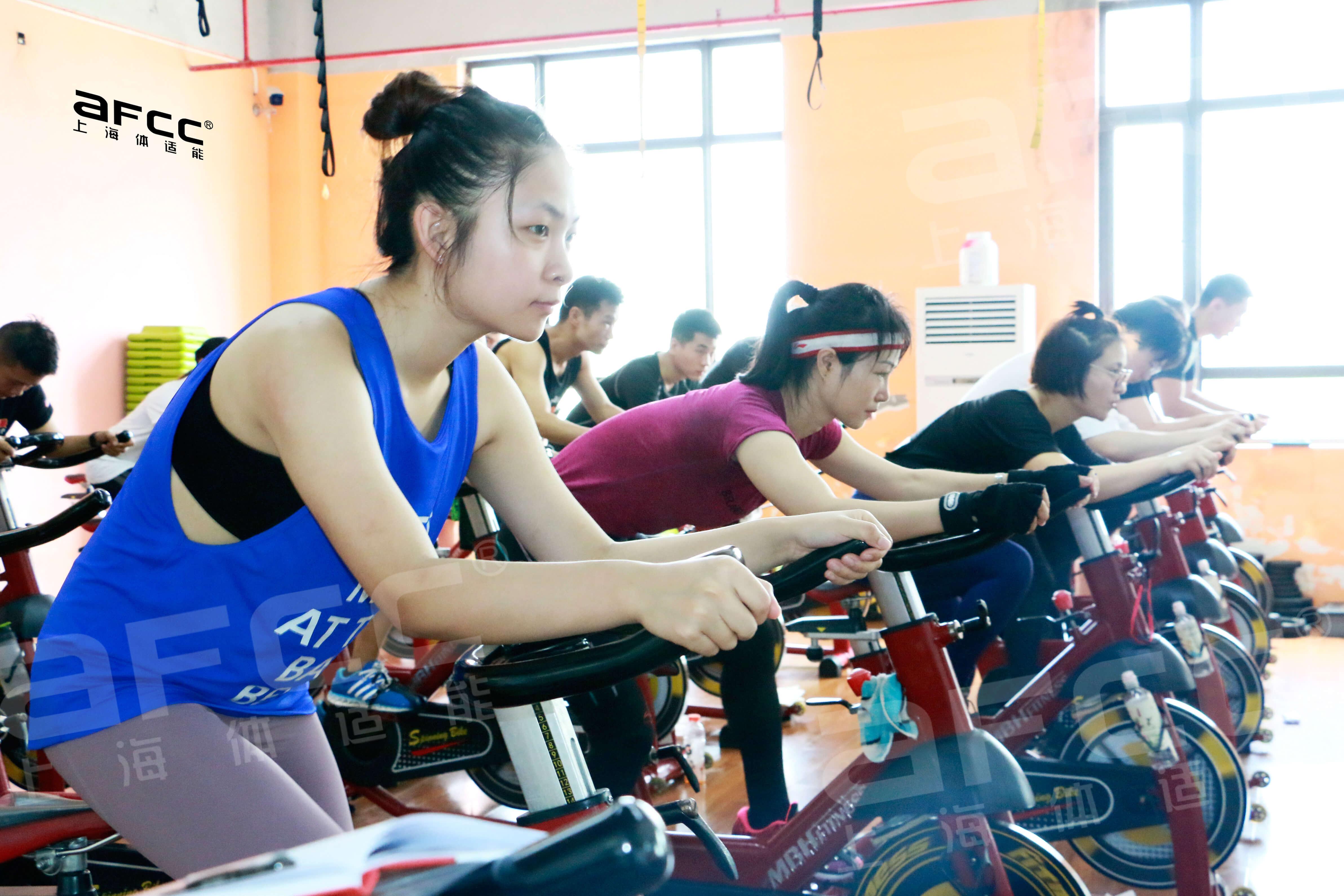 动感单车是一种结合了音乐、视觉效果等独特的充满活力的室内自行车训练课程