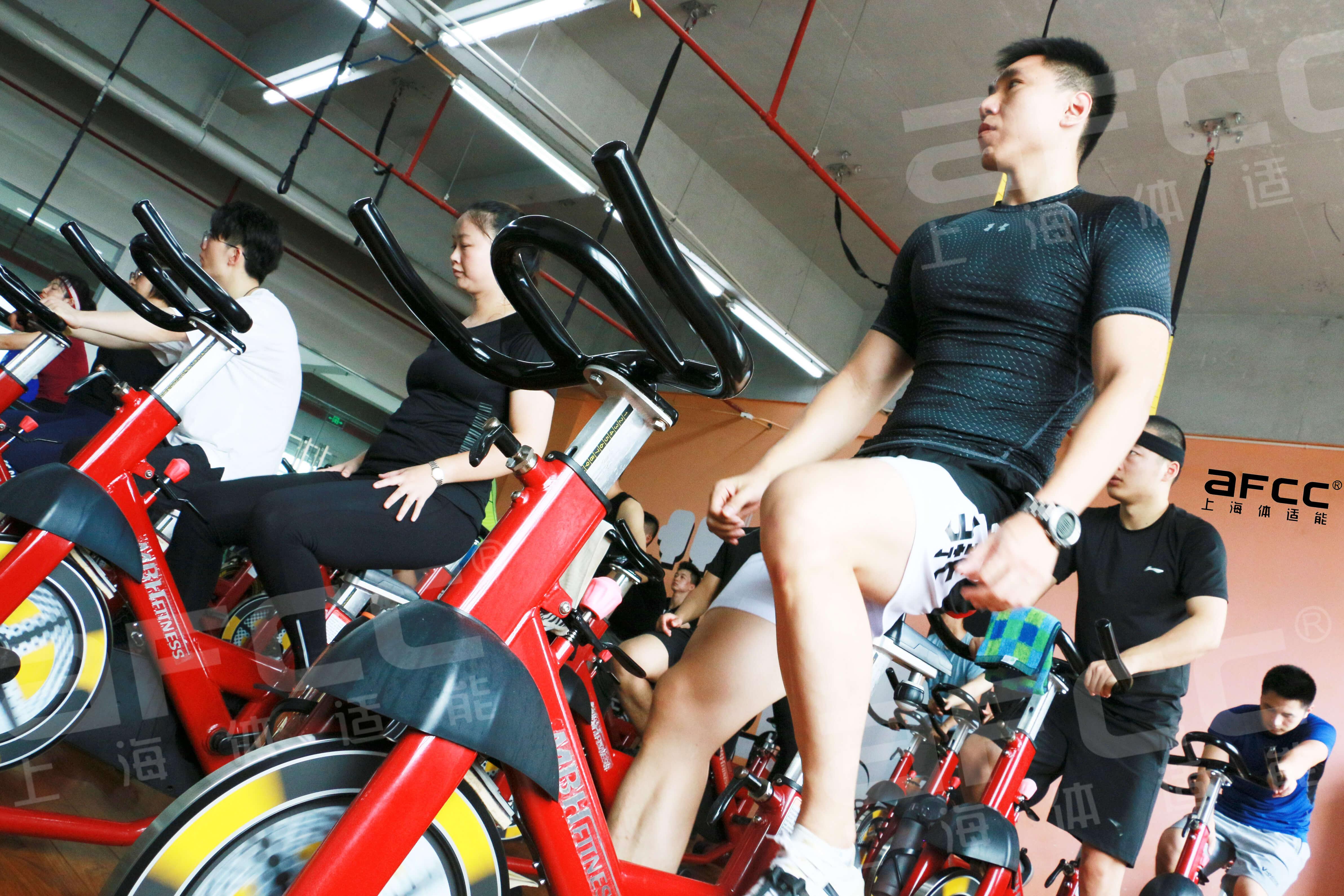 在以腿部为中心的锻炼过程中,臀部、腰部、背部、手臂的肌肉都能得到充分的锻炼