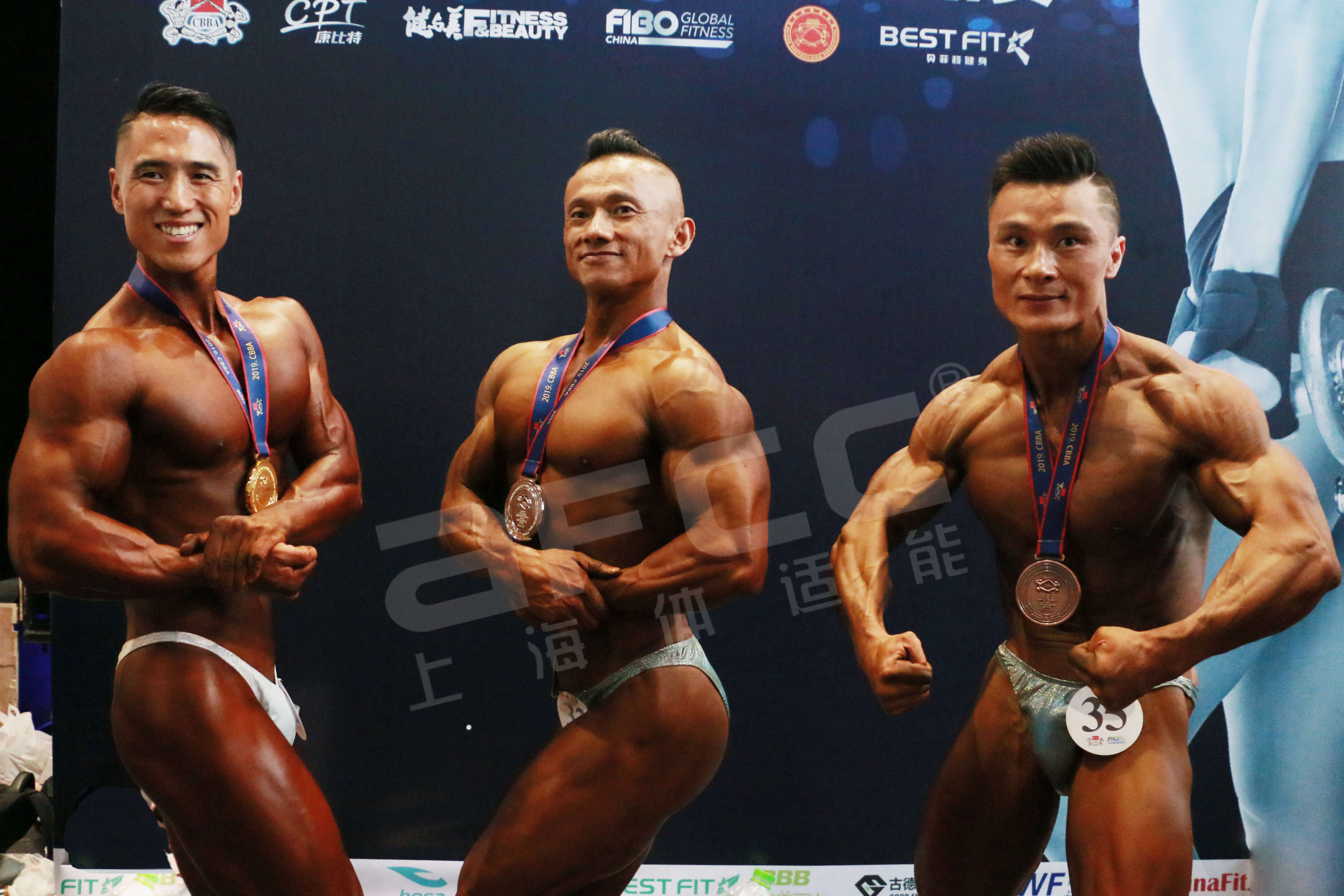 男子古典健美身高-175cm(含)组冠军——储昀(左)亚军——吴保智(中)<