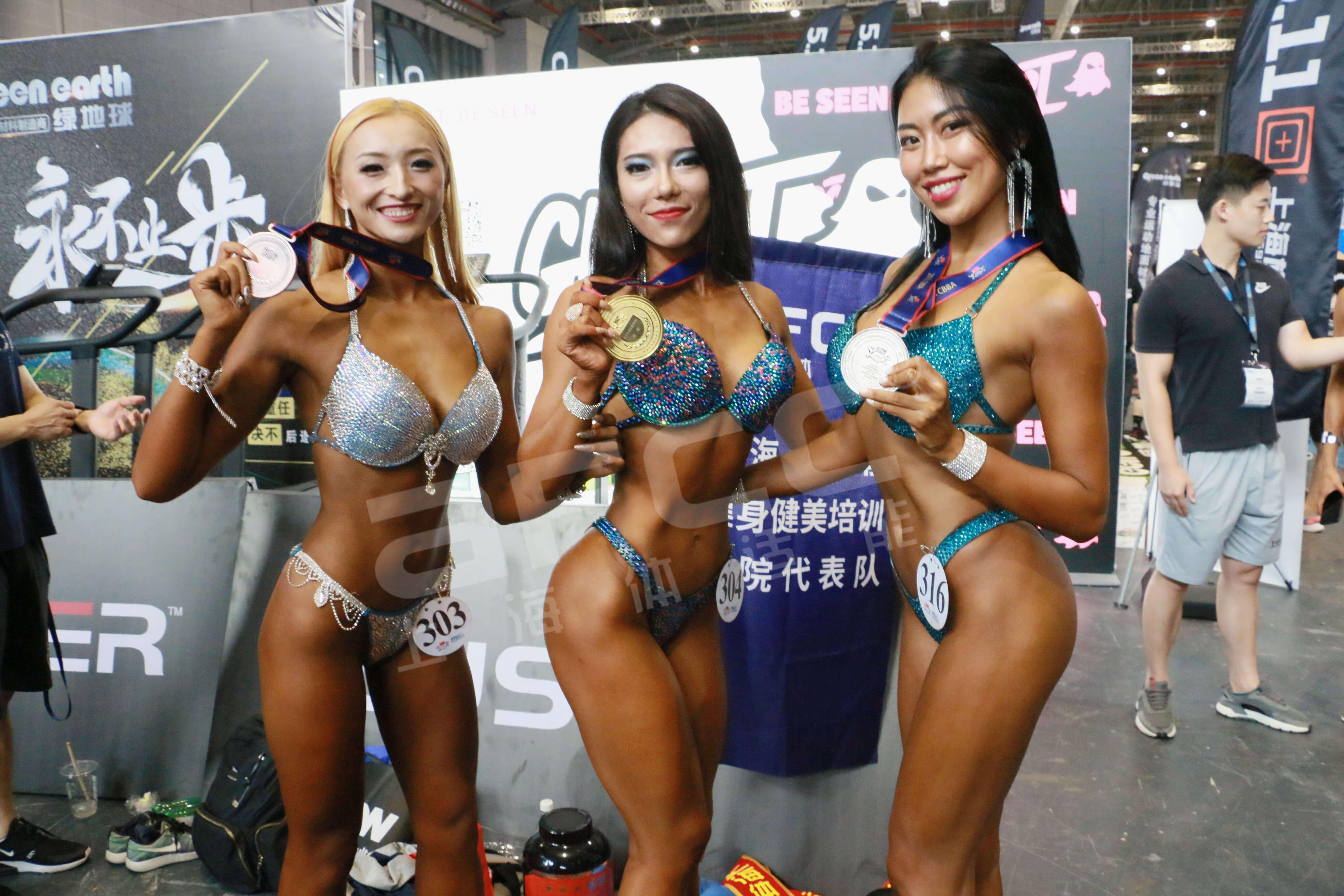 上海健身健美协会体适能健身学院代表队女子比基尼健身C组168.01以上:冠军——顾丽君(中)亚军——车欣芮(右)季军——王梦园(左)