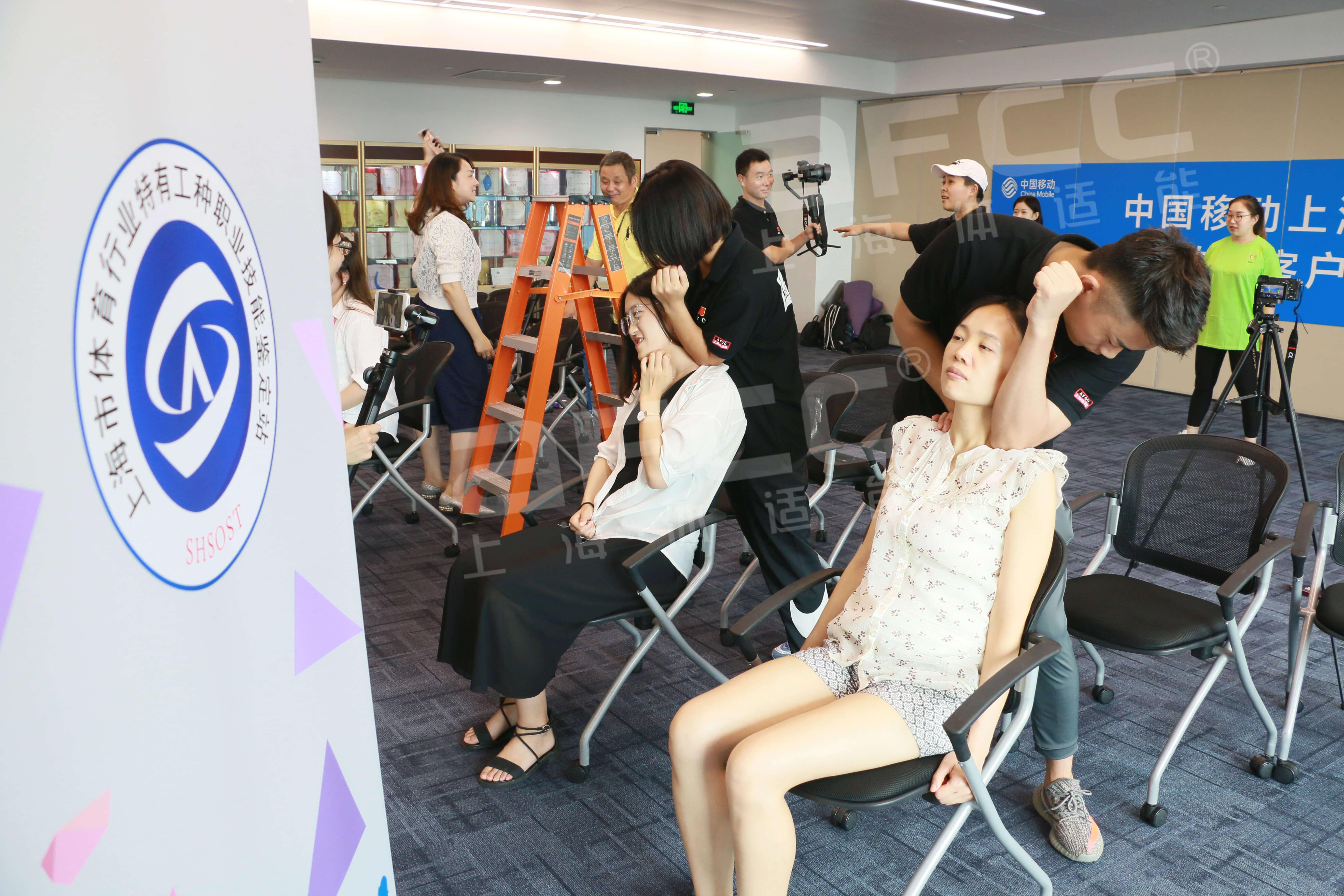 上海体适能员工为学员缓解肩颈问题