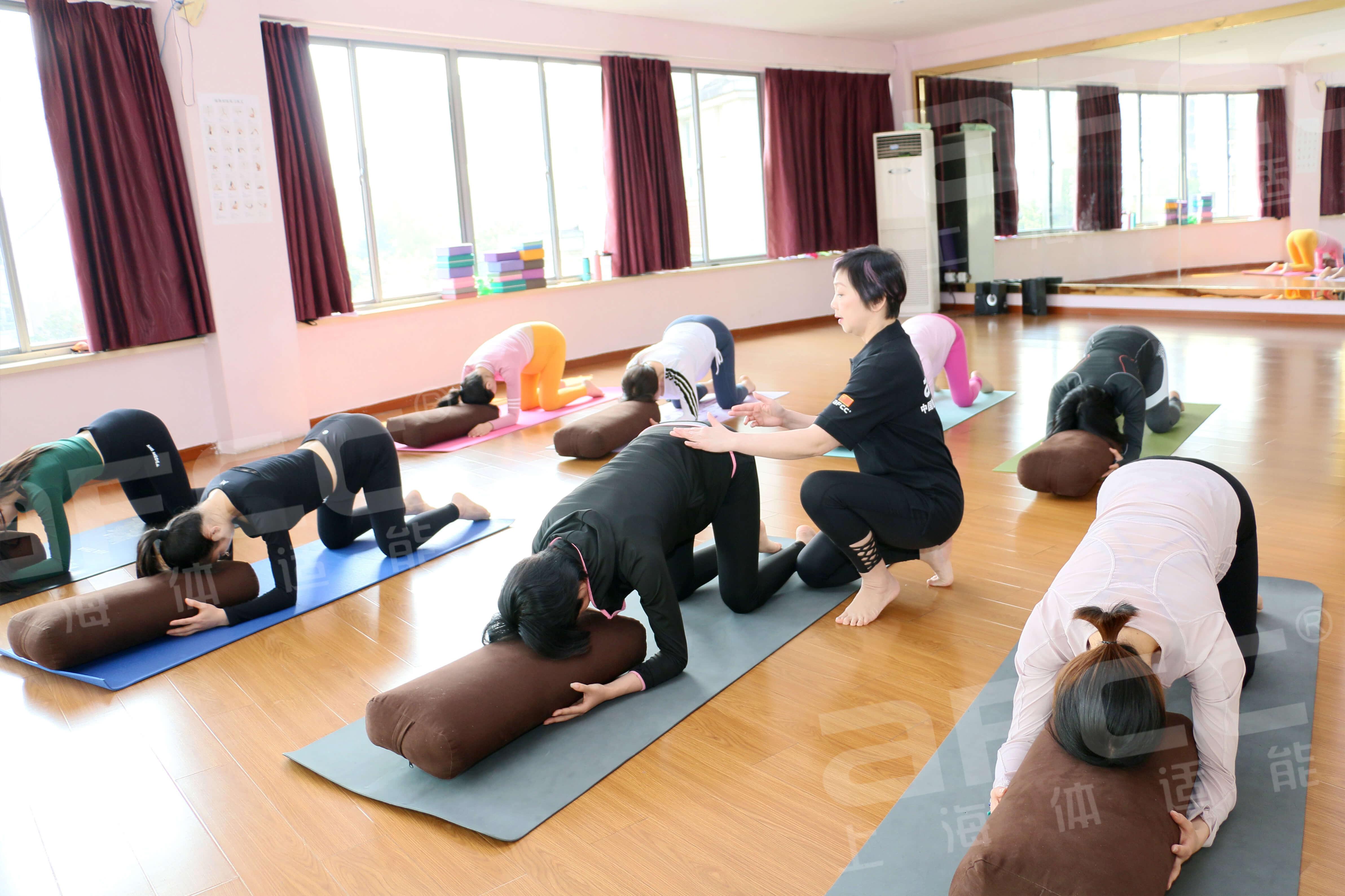 阴瑜伽(Yinyoga)是美国瑜伽导师PaulGrilley在1979年创立的一个流派