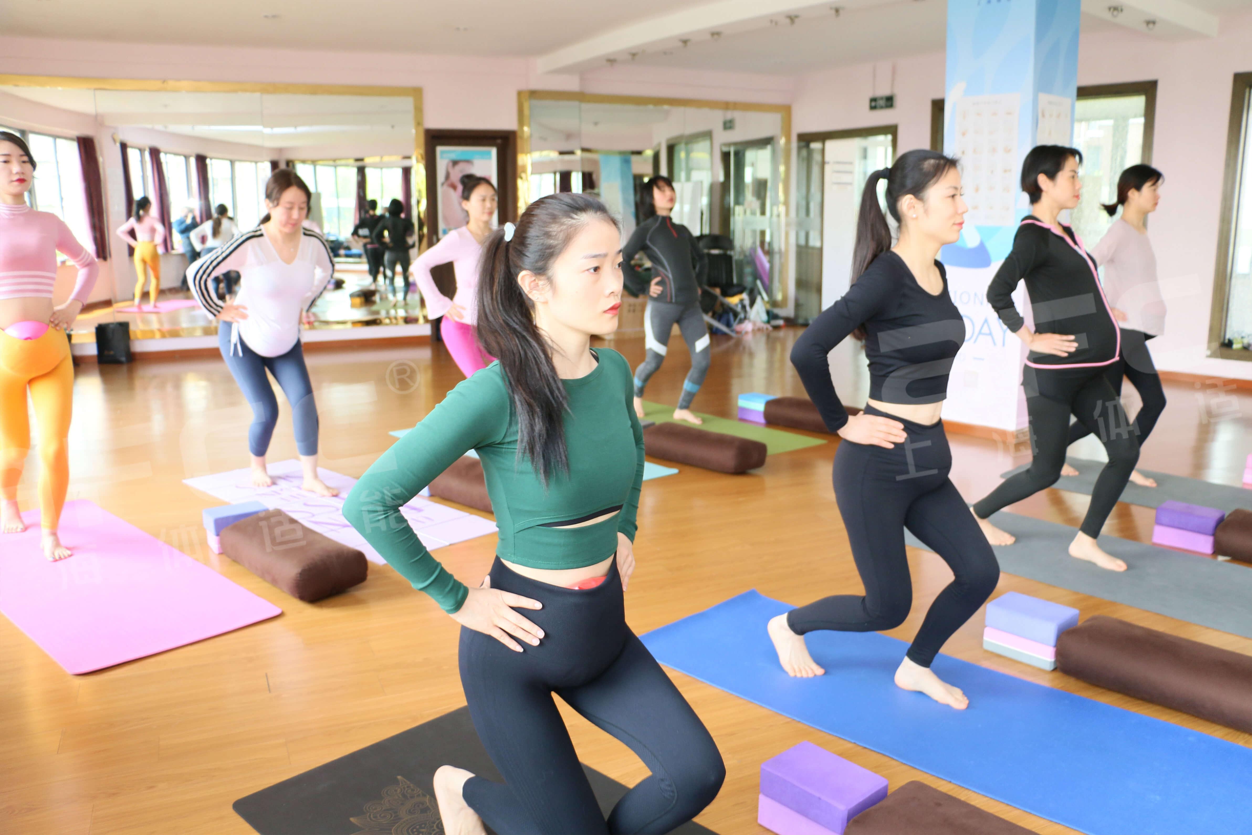 .瑜伽教练排课率高,无论在健身会所还是瑜伽馆,瑜伽都是受欢迎的课程,上课率极高