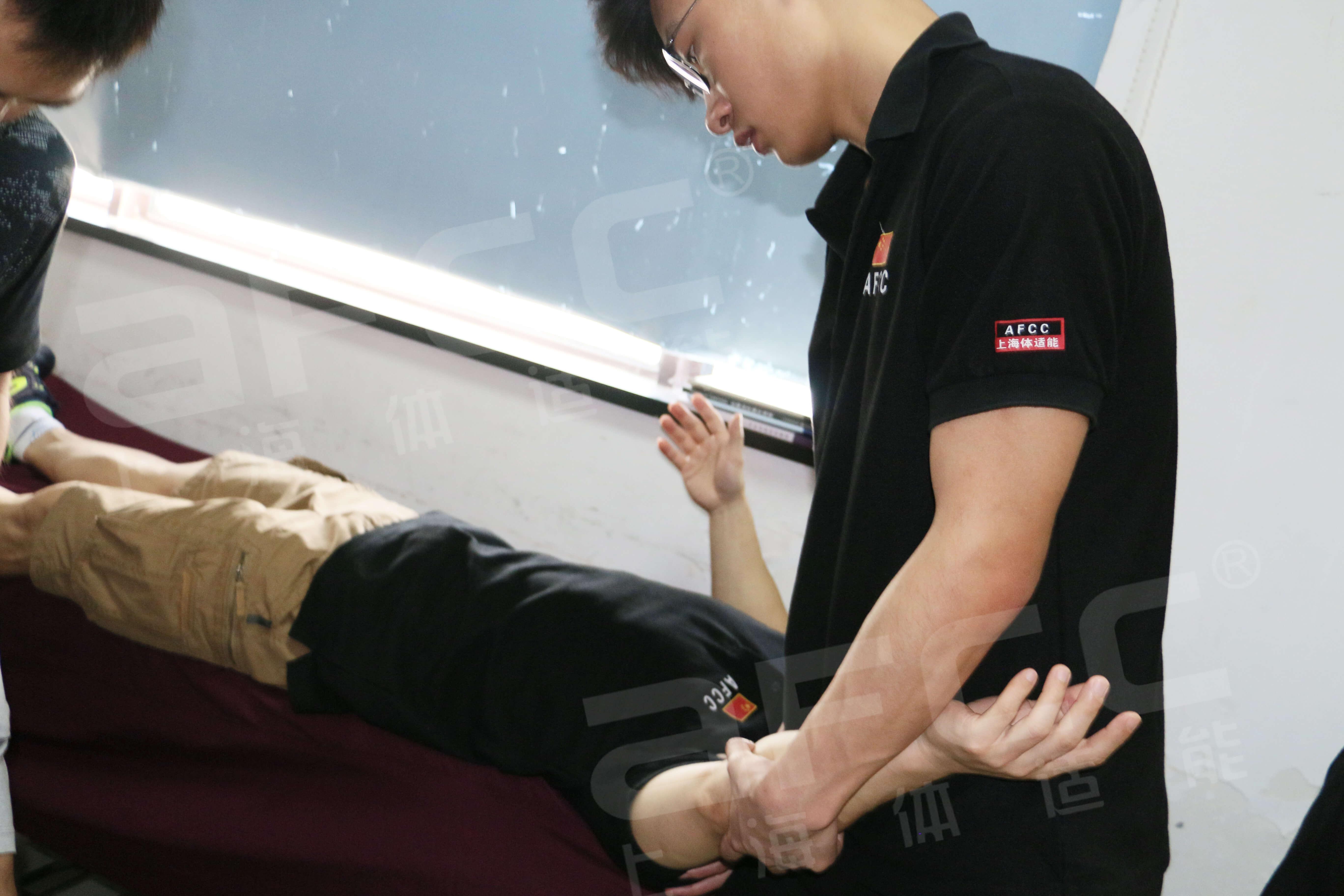 3M拉伸再配合施以特定的手法,以增加关节的活动范围